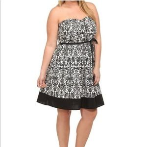 TORRID PLUS 20 BLACK WHITE SPRING STRAPLESS DRESS